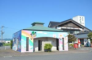 屋外トイレ壁画にカモンちゃん登場!! 写真